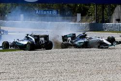 Lewis Hamilton, Mercedes AMG F1 W07 Hybrid y Nico Rosberg, Mercedes AMG F1 W07 Hybrid chocan en la p