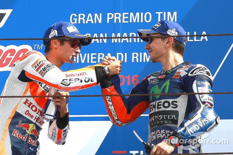 Lorenzo felicita a Pedrosa en el podio de Misano 2016