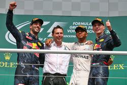 Подиум: победитель - Льюис Хэмилтон, Mercedes AMG F1, второе место - Даниэль Риккардо, Red Bull Raci