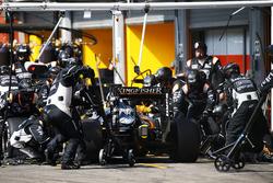 Sergio Perez, Sahara Force India F1 VJM09 hace una parada en boxes