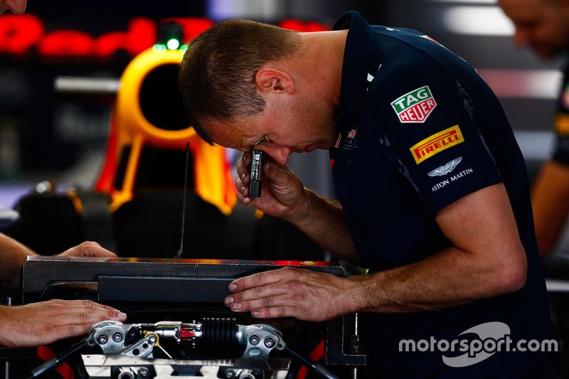 Meccanici Red Bull Racing al lavoro