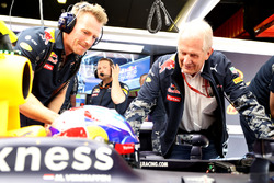 Dr Helmut Marko, Red Bull Racing Team Consultor conversa con Max Verstappen, Red Bull Racing