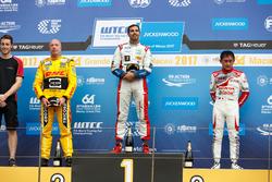 Podio: Ganador de la carrera Mehdi Bennani, Sébastien Loeb Racing, Citroën C-Elysée WTCC, segundo lugar Tom Coronel, Roal Motorsport, Chevrolet RML Cruze TC1, tercer lugar Ryo Michigami, Honda Racing Team JAS, Honda Civic WTCC
