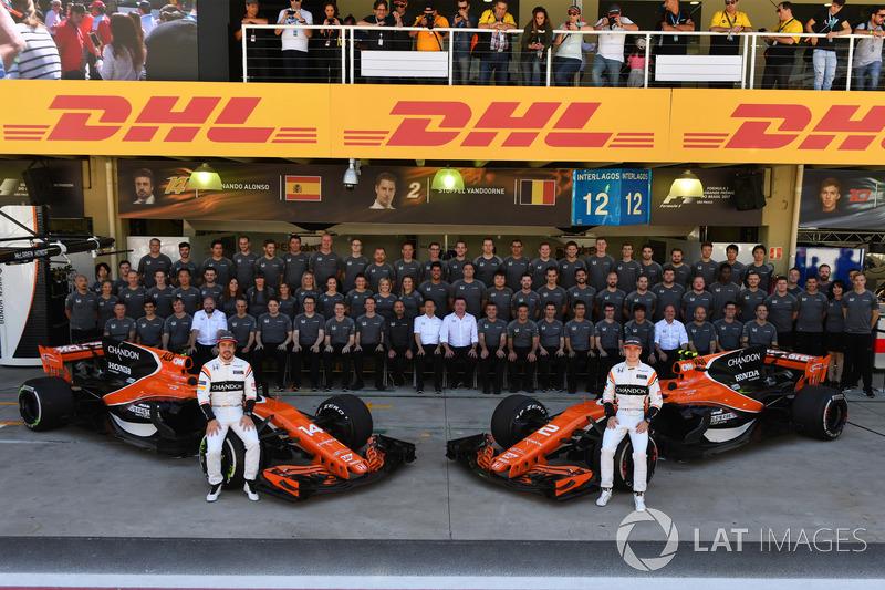 Fernando Alonso, McLaren and Stoffel Vandoorne, McLaren at the McLaren Team photo