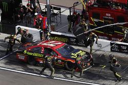 Erik Jones, Furniture Row Racing Toyota, pit stop
