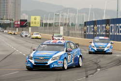 Rob Huff, Chevrolet Cruze y Yvan Muller, Chevrolet Cruze at the start of the race