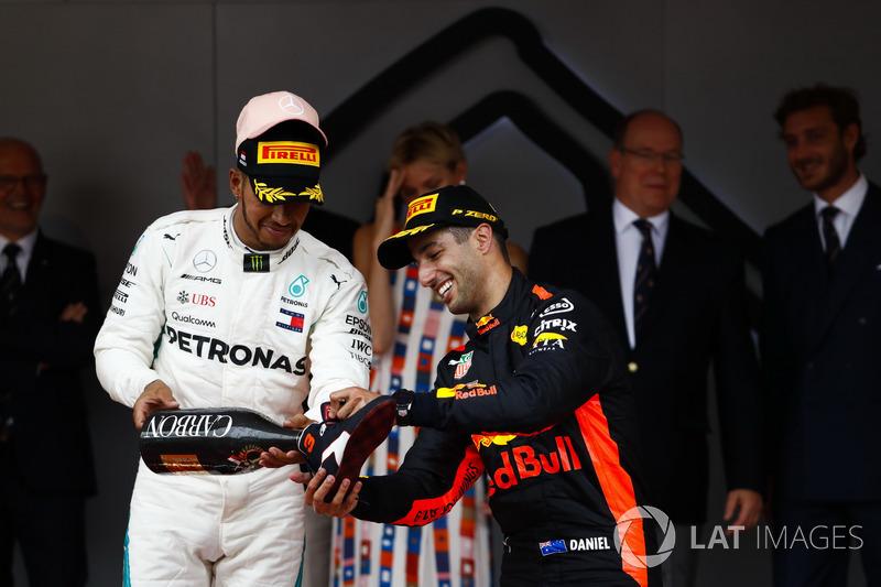 Podio: segundo lugar Lewis Hamilton, Mercedes AMG F1, llena el shoey de Daniel Ricciardo, Red Bull Racing con Champagne