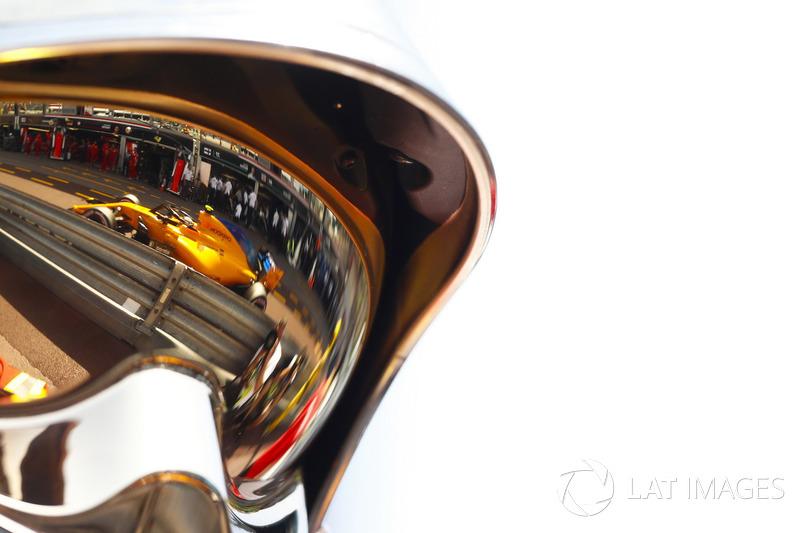 Stoffel Vandoorne, McLaren MCL33, as seen in the reflection of a marshals helmet