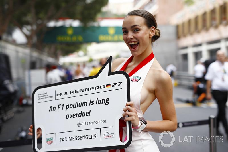 Una chica de la parrilla tiene un tablero de mensajes para Nico Hulkenberg, Renault Sport F1 Team