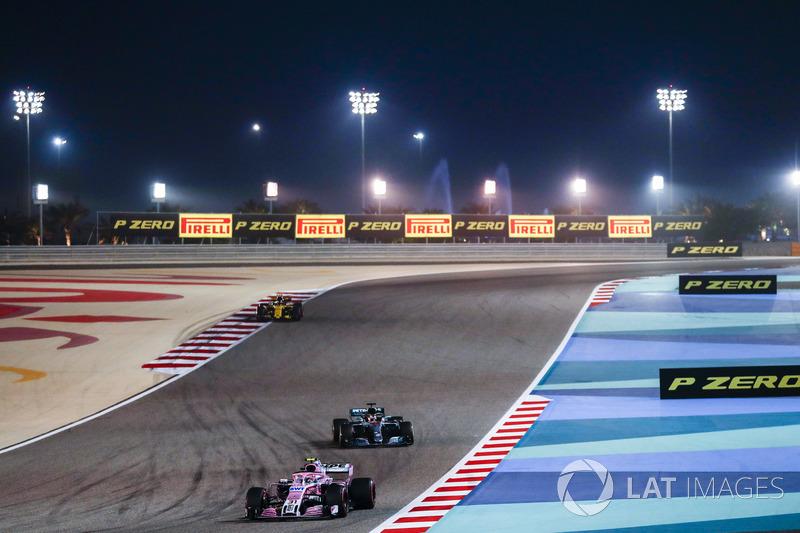 Esteban Ocon, Force India VJM11 Mercedes, Lewis Hamilton, Mercedes AMG F1 W09, and Carlos Sainz Jr., Renault Sport F1 Team R.S. 18