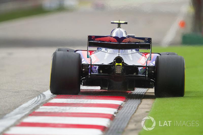 Pierre Gasly, Toro Rosso STR13 Honda, runs slightly wide onto the astroturf in the final turn