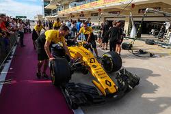 Meccanici Renault Sport F1 Team con la Renault Sport F1 Team RS17 in pit lane