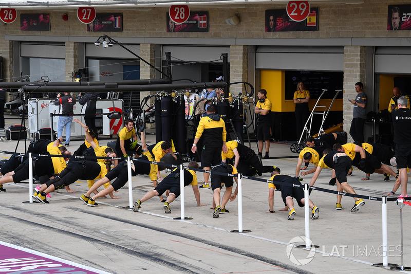 Les exercices d'échauffement des mécaniciens Renault Sport F1 Team