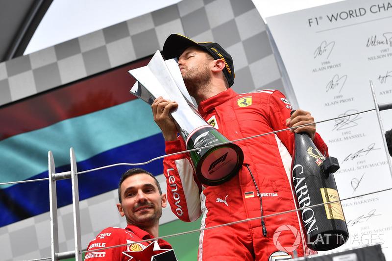 Le vainqueur Sebastian Vettel, Ferrari SF71H fête sa victoire sur le podium et embrasse le trophée