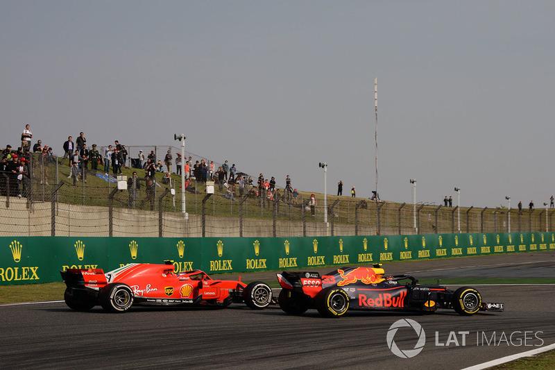 Max Verstappen, Red Bull Racing RB14 lotta con Kimi Raikkonen, Ferrari SF71H