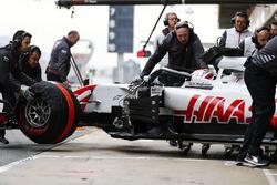 Kevin Magnussen, Haas F1 Team, è accompagnato dai meccanici in pit lane