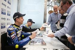 Tito Rabat, Avintia Racing and Xavier Siméon, Avintia Racing signent des autographes