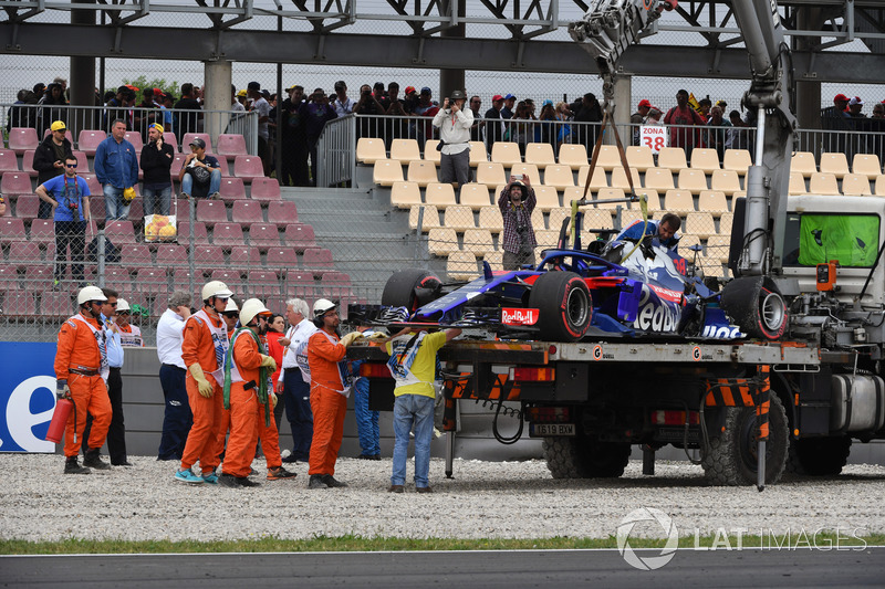 Эвакуация с трассы разбитого автомобиля STR13 Брендона Хартли, Scuderia Toro Rosso