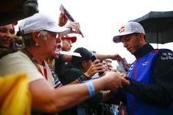 Pierre Gasly, Toro Rosso, firma autógrafos para fanáticos