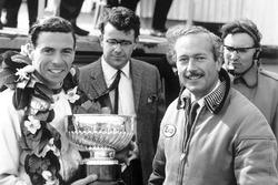 El ganador de la carrera Jim Clark, Lotus, recibe el trofeo de ganadores con el jefe del equipo, Col