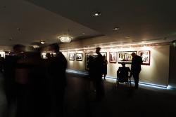 Billy Monger ve la galería, junto con otros invitados