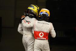 Ganador de la carrera Nico Rosberg, Mercedes AMG F1 W03 y el tercer lugar Lewis Hamilton, McLaren celebran en parc ferme