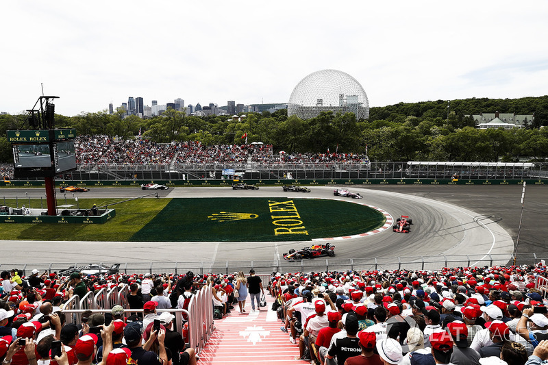 Daniel Ricciardo, Red Bull Racing RB14, leads Kimi Raikkonen, Ferrari SF71H, and Esteban Ocon, Force