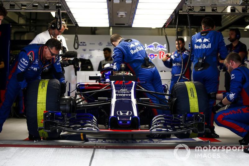 Los ingenieros preparan Pierre Gasly, Scuderia Toro Rosso STR13