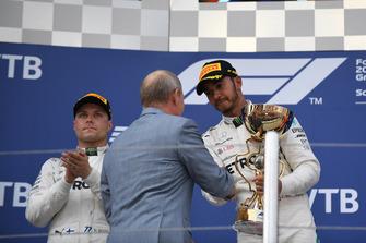 Lewis Hamilton, Mercedes AMG F1 reçoit le trophée de vainqueur des mains de Vladimir Putin, président de la Fédération de Russie sur le podium