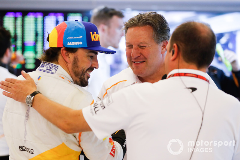 Fernando Alonso, McLaren, et Zak Brown, PDG McLaren Racing, dans le garage