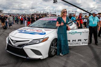 Sherry Pollex, fidanzata di Martin Truex Jr., Furniture Row Racing, Toyota Camry Auto-Owners Insurance, con la Toyota Camry pace car che guiderà al via della gara