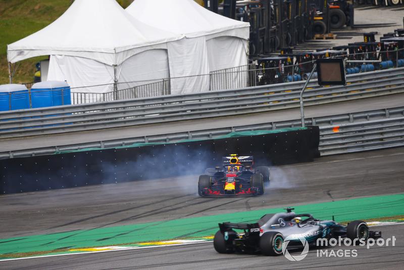 Lewis Hamilton, Mercedes AMG F1 W09, spin atan Max Verstappen, Red Bull Racing RB14 Tag Heuer ve Esteban Ocon, Force India VJM11 Mercedes