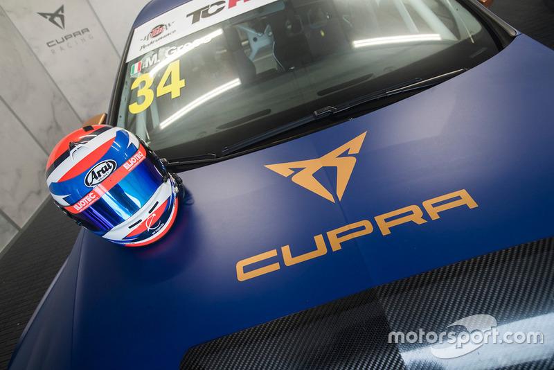 Il casco di Matteo Greco sul cofano della sua Cupra Leon TCR SEQ