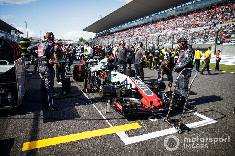 Ingenieros con el auto de Kevin Magnussen, Haas F1 Team VF-18