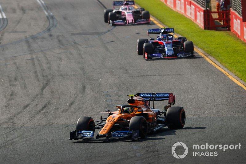 Lando Norris, McLaren MCL34, precede Alexander Albon, Toro Rosso STR14, e Sergio Perez, Racing Point RP19