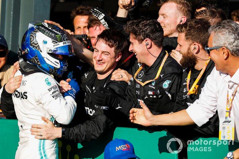 Le vainqueur Valtteri Bottas, Mercedes AMG F1 fête sa victoire dans le Parc Fermé avec son équipe