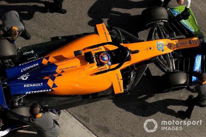 Carlos Sainz Jr., McLaren MCL34, si ferma nella sua piazzola box