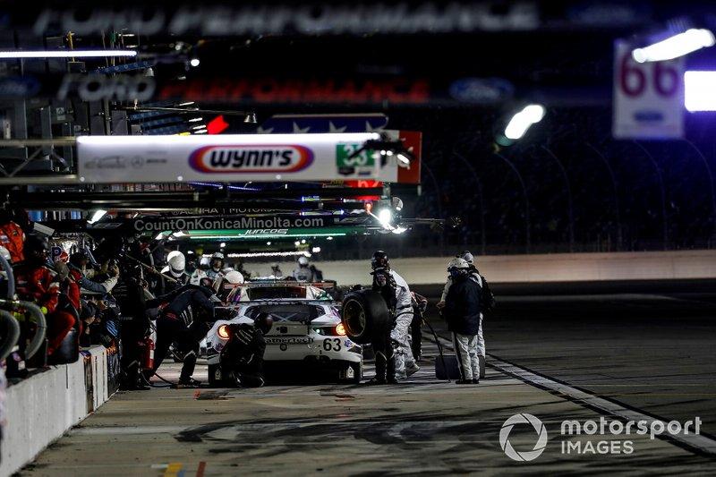 #63 Scuderia Corsa Ferrari 488 GT3, GTD: Cooper MacNeil, Toni Vilander, Jeff Westphal, Dominik Farnbacher, pit stop