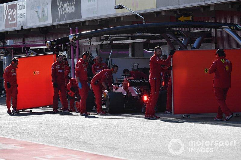 Sebastian Vettel, Ferrari SF90 e dei meccanici Ferrari, con dei paravento davanti al garage