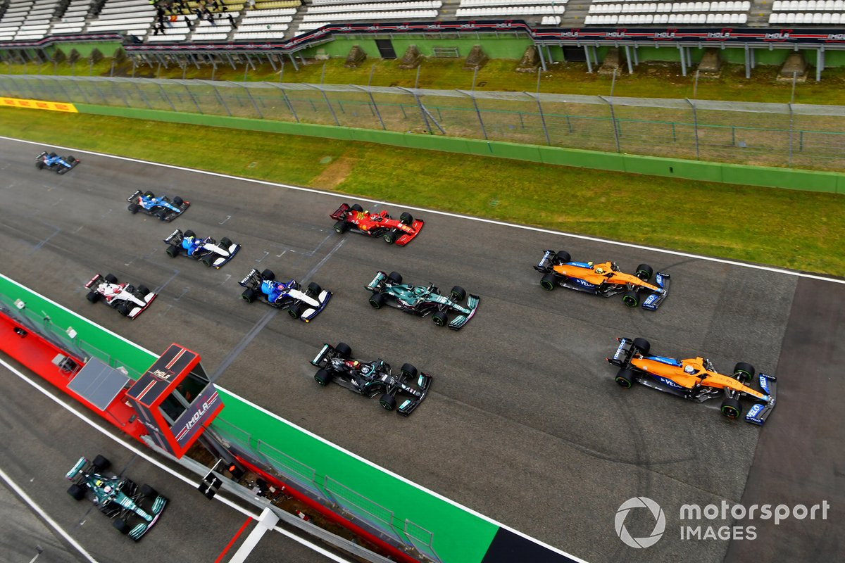 Daniel Ricciardo, McLaren MCL35M, Lando Norris, McLaren MCL35M, Lance Stroll, Aston Martin AMR21, Valtteri Bottas, Mercedes W12, George Russell, Williams FW43B, Carlos Sainz Jr., Ferrari SF21, and the remainder of the field at the start