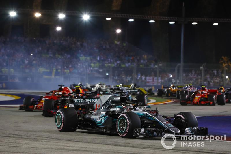 Lewis Hamilton, Mercedes AMG F1 W09 EQ Power+, precede Sebastian Vettel, Ferrari SF71H, Max Verstappen, Red Bull Racing RB14, Valtteri Bottas, Mercedes AMG F1 W09 EQ Power+, e il resto del gruppo, alla partenza