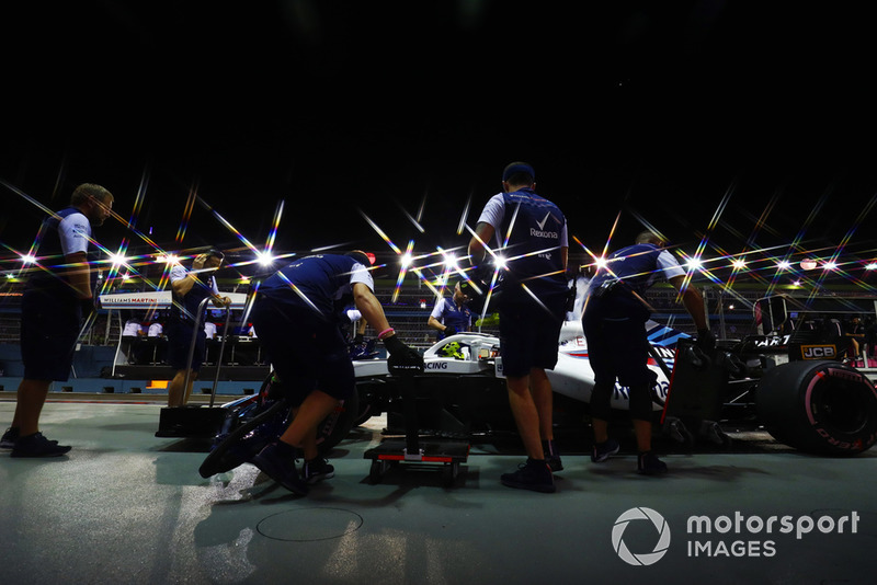 Ingegneri in pit lane con Sergey Sirotkin, Williams FW41