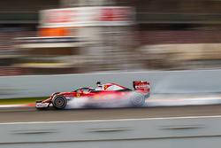 Kimi Raikkonen, Ferrari SF16-H, running the Halo cockpit cover, locks up under braking