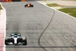 Валттери Боттас, Mercedes AMG F1 W08, и Даниэль Риккардо, Red Bull Racing RB13