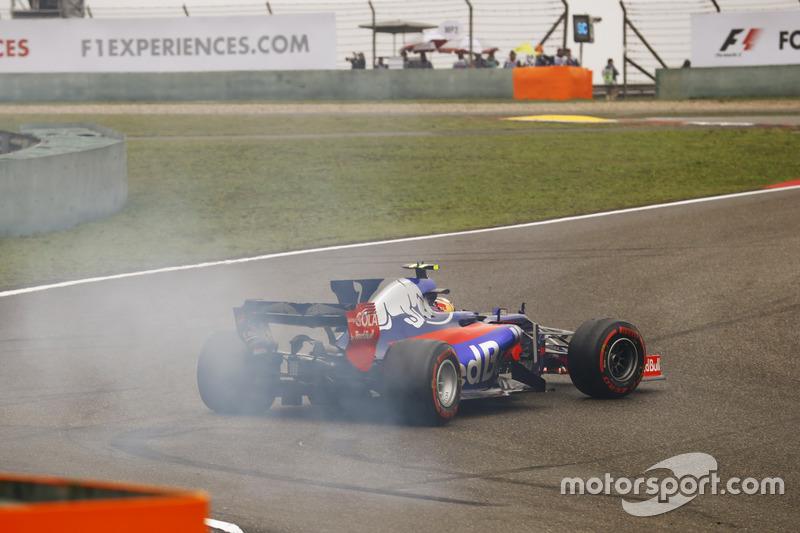 Carlos Sainz Jr., Scuderia Toro Rosso STR12, spins at the start