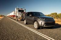 Land Rover Discovery arrastrando un convoy