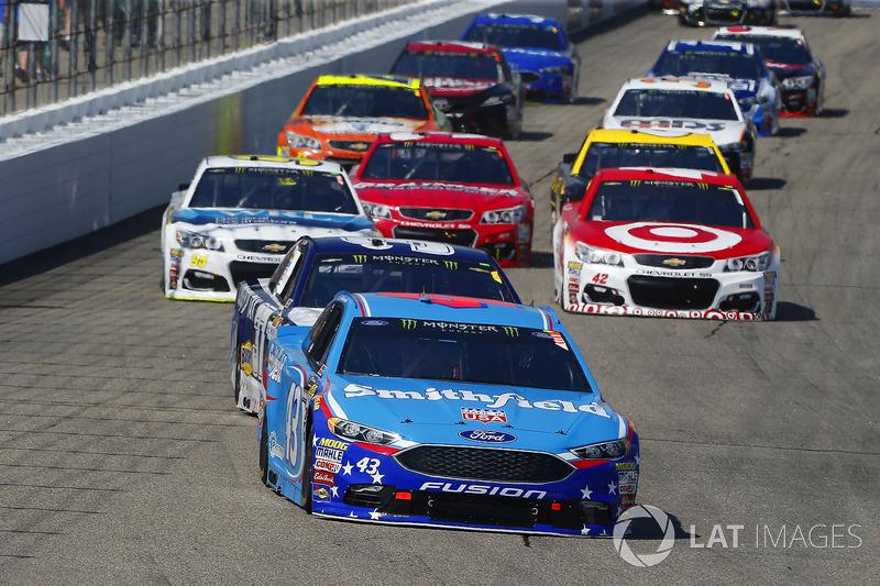 Aric Almirola, Richard Petty Motorsports Ford, Chris Buescher, JTG Daugherty Racing Chevrolet