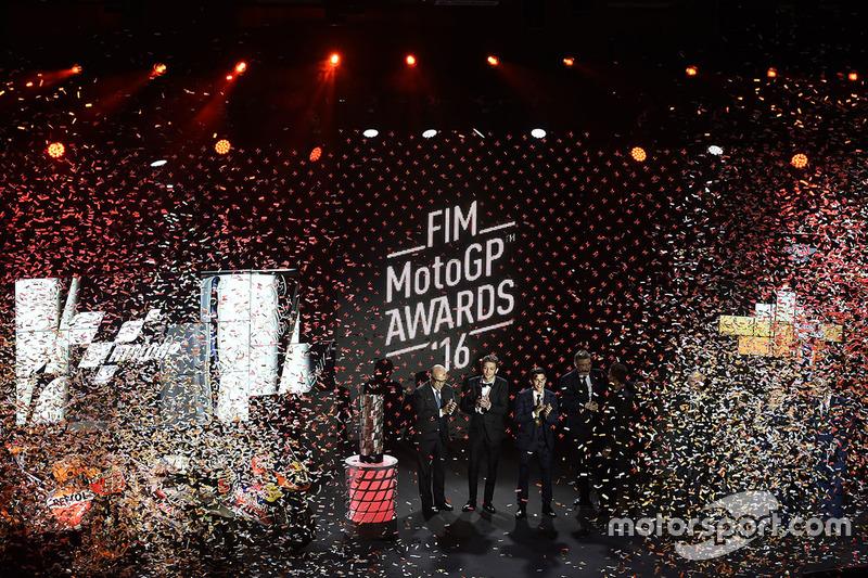 Top 3 der MotoGP-WM 2016: Weltmeister Marc Marquez, 2. Valentino Rossi, 3. Jorge Lorenzo, mit Carmelo Ezpeleta, Dorna-Geschäftsführer