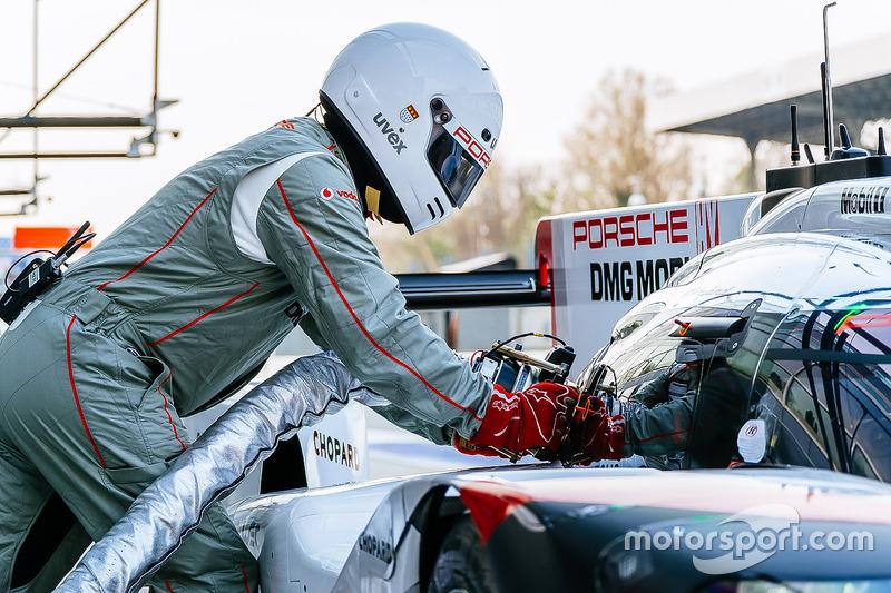 Porsche Team team member fueling the #1 Porsche Team Porsche 919 Hybrid: Neel Jani, Andre Lotterer, Nick Tandy