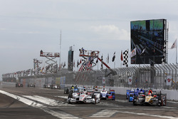 Will Power, Team Penske Chevrolet leads the field into turn one at the start